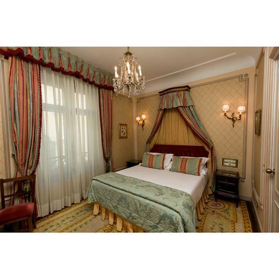 Tête de lit, couvre lit, paire de rideaux, et deux tables de nuitCabecero, dosel, cortinas y pareja de mesillas