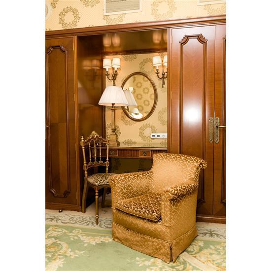 Chaise 97x42x42 cm, bureau plat 77x100x57 cm, lampe H 78 cm et fauteuil 73x80x70 cm Sillón, mesa escritorio, espejo, silla dorada y ...