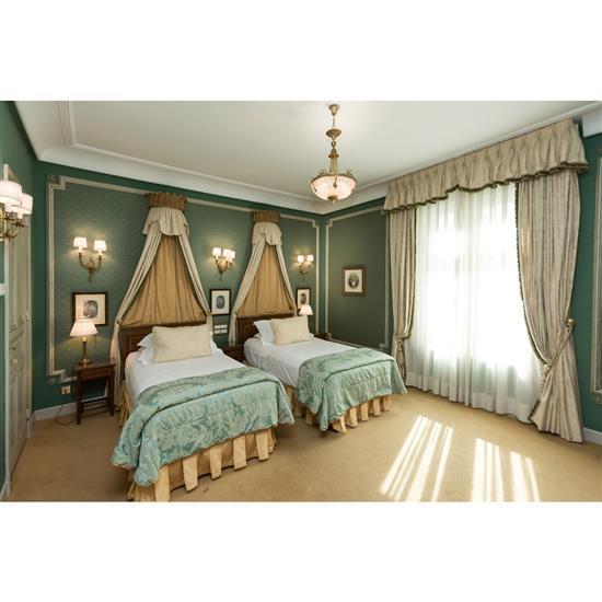 Deux têtes de lit, trois tables de nuit, couvre lit, paire de rideaux et deux lampesPareja de cabeceros, dos doseles, cortinas, 3 me...
