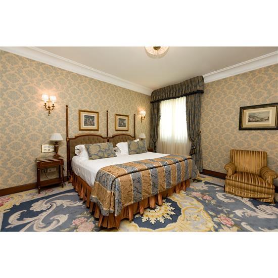 Tête de lit, deux chevets, deux lampes H 52 cm couvre lit et paire de rideaux Cabecero, cortinas, pareja de mesillas y pareja de lám...