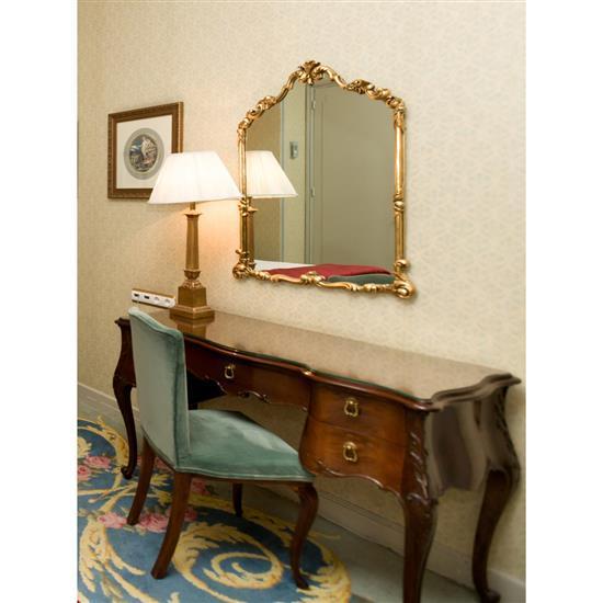 Bureau, 75x120x55 cm, miroir, 94x72x cm, chaise, 95x50x45 cm, lampe, H 80 cmMesa escritorio, espejo, silla y lámpara de sobremesa