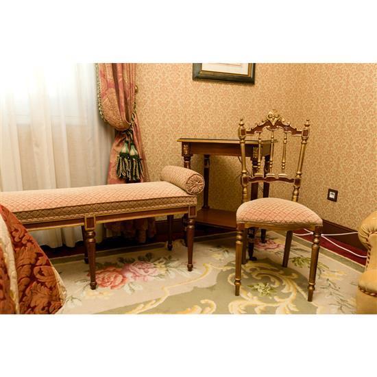 Grande banquette, chaise 97x42x42 cm et petite table rectangulaire Banqueta con rulos, silla dorada y mesa TV