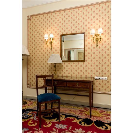 Bureau, miroir, chaise et lampeMesa escritorio, espejo, silla y lampara de sobremesa