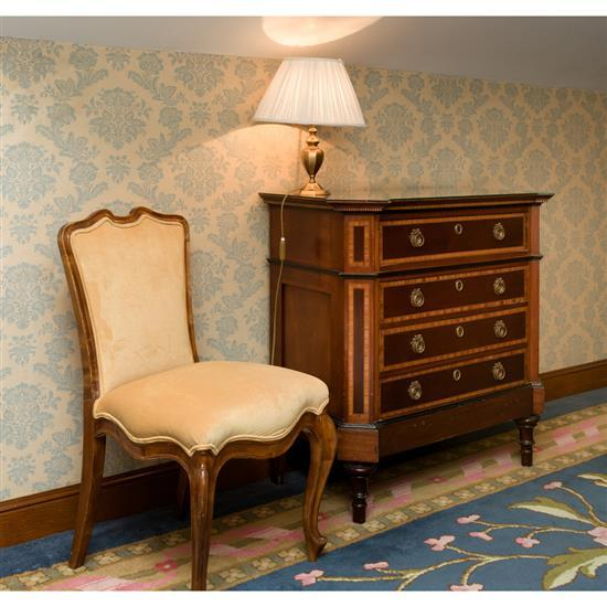 Commode en bois marqueté à quatre tiroirs 92x97x53 cm, chaise 88x49x49 cm et lampe H 42 cmComoda, silla y lampara sobremesa