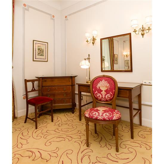 Bureau, 75x110x59 cm, miroir, 76x69 cm, chaise 93x55x45 cm, lampe H 60 cmMesa escritorio, espejo, silla y lámpara de sobremesa