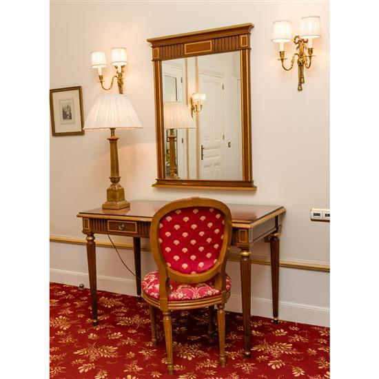 Bureau, miroir, lampe et chaiseMesa escritorio, espejo, lampara de sobremesa y silla