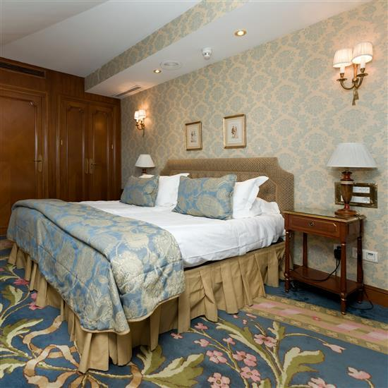 Tête de lit 112x193 cm, couvre lit, paire de rideaux, chevets 65x45x35 cm et deux lampes H 53 cm Cabecero, pareja de mesillas y pare...