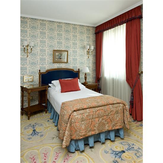 Tête de lit 116x134 cm, chevet 66x45x35 cm, lampe H 70 cm, petite table rectangulaire, couvre lit et paire rideaux Cabecero, cortina...