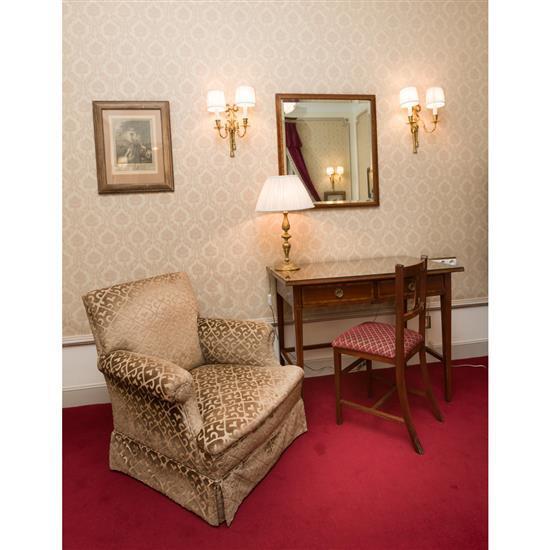 Bureau, miroir, lampe, chaise et fauteuilMesa escritorio, espejo, lampara de sobremesa, silla y sillon