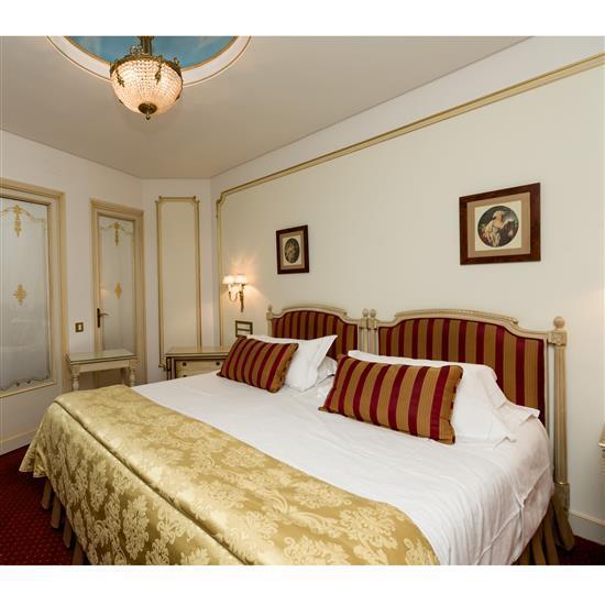 Têtes de lit, 115x106 cm chaque, couvre lit, paire de rideaux et table rectangulairePareja de cabeceros, cortinas y mesa de TV