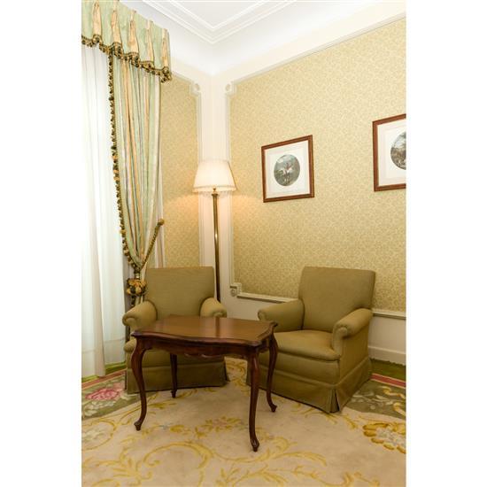 Deux fauteuils 77x68x67 cm, guéridon, 55x73x47 cm et lampadaire H 180 cm2 butacas, velador, lampara de pie