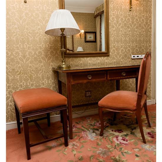 Bureau plat 74x99x60 cm, chaise 89x43x44 cm, lampe H 64 cm, petite banquette 50x62x42 cm et miroirMesa escritorio, silla, banqueta y...