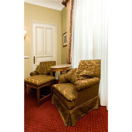 Deux fauteuils, 83x72x72 cm, table ovale dessus de marbre, 69x69x55 cm, banquette, 50x60x40 cmPareja de sillones, velador y banqueta