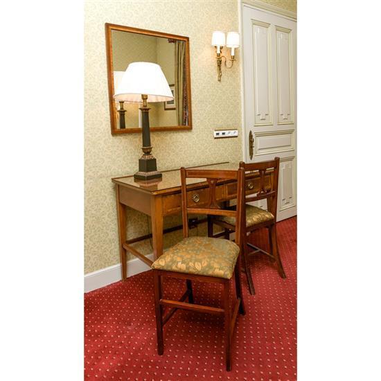 Bureau, 75x110x59 cm, miroir, 75x69 cm, deux chaises, 85x40x35 cm et lampe H 80 cmMesa escritorio, espejo, 2 sillas y lámpara de sob...