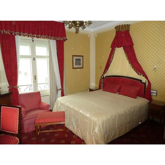 Tête de lit, deux tables de nuit, couvre lit, paire de rideaux et fauteuilCabecero, dosel, mesillas, cortinas y sillon