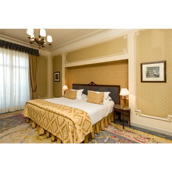 Tête de lit, 128x230 cm, deux chevets, 55x55x35 cm, couvre lit et paire de rideauxCabecero, cortinas, pareja de mesillas con tapa de...