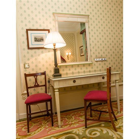 Bureau, 75x120x65 cm, miroir, 107x80 cm, deux chaises, 87x40x35 cm, lampe, H 80 cmMesa escritorio, espejo, dos sillas y lampara de s...