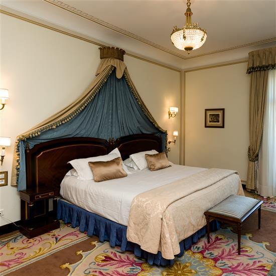 Deux têtes de lit, trois tables de nuit, banquette, deux appliques, couvre lit et paire de rideauxPareja de cabeceros, dosel, 3 mesi...