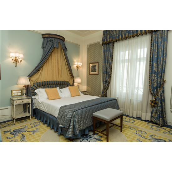 Tête de lit, 110x180 cm, banquette, 50x60x40 cm, couvre lit et paire de rideauxCabecero, dosel, cortinas y banqueta y mesa TV