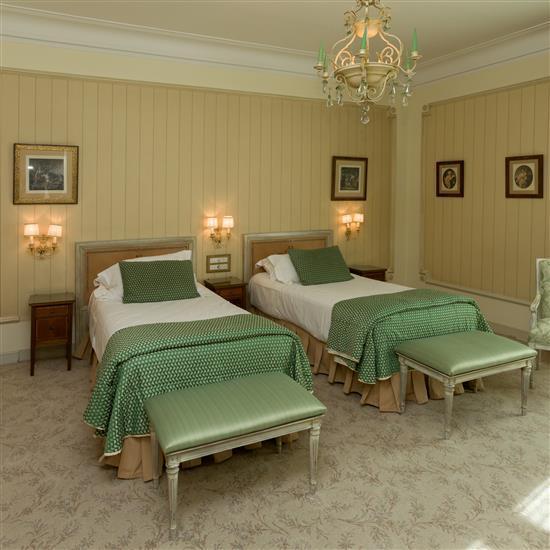 Tête de lit, 105x118 cm, couvre lit, trois chevets, 60x34x36 cm, banquette, 47x80x47 cm Pareja de cabeceros, tres mesillas y 1 ban...