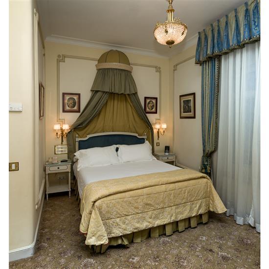 Tête de lit 115x164 cm deux chevets 65x46x35 cm, fauteuil 79x70x70 cm, couvre lit et paire de rideauxCabecero, dosel, cortinas, pare...