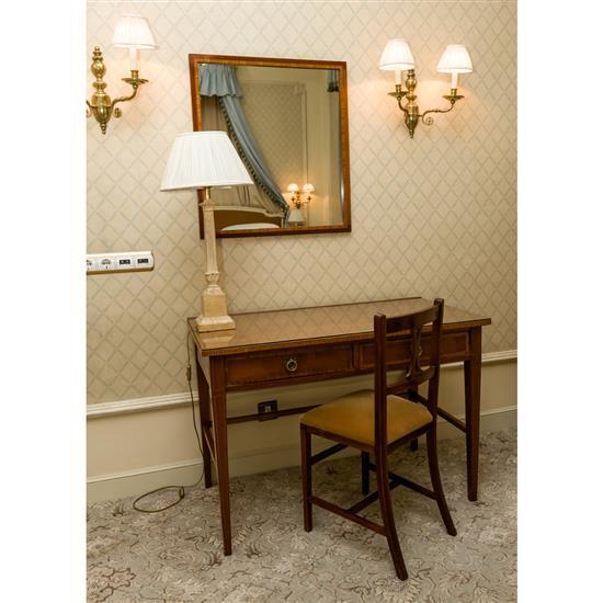 Bureau plat 75x110 x 58 cm chaise 87x38x37 cm, lampe h 75 cm et miroir 75x69 cm Mesa escritorio, espejo, silla y lampara de sobremesa