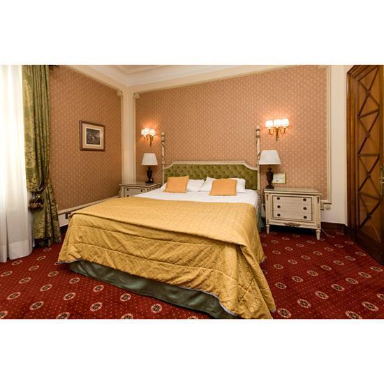 Tête de lit, couvre lit, paire de rideaux, deux chevets et deux lampesCabecero, cortinas, 2 comodas y pareja de lámparas de sobremesa