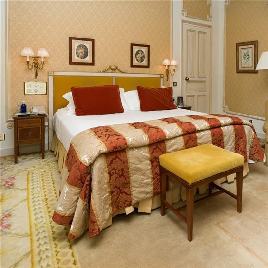 Tête de lit 120 x 194 cm, couvre lit, paire de rideaux et petite table en bois doré Cabecero, cortinas y mesa TV