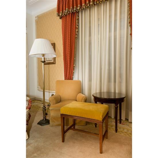 Guéridon H 60 D 60 cm, banquette, fauteuil 80x70x80 cm et lampe H 165 cm Sillon, banqueta, velador y lampara de pie