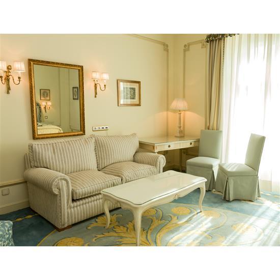 Bureau, 77x120x57 cm, chaise, 95x46x47 cm, et lampe, H 78 cm Silla tapizada, mesa escritorio y lámpara de sobremesa