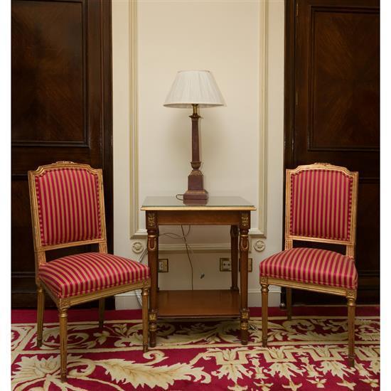 Petite table rectangulaire, deux chaises et lampe Pareja de sillas doradas, mesa TV y lámpara de sobremesa
