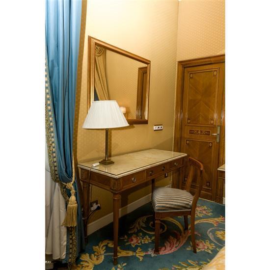 Bureau plat avec dessus marbre 75x120x49 cm chaise 76x45x38 cm et lampe h 60 cm Mesa escritorio tapa marmol, espejo, silla y lampara...