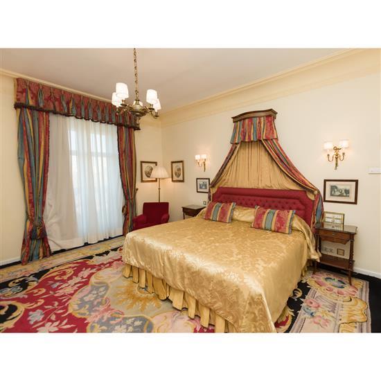 Tête de lit, couvre lit, paire de rideaux et deux tables de nuitCabecero, dosel, cortinas y dos mesillas
