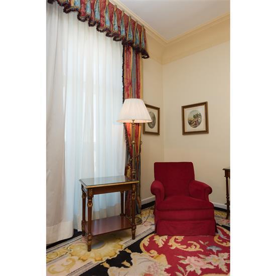 Fauteuil, table rectangulaire et lampadaireSillón, mesa TV y lámpara de pie