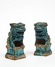 Paire de chimères en grès émaillé bleu turquoise formant porte-baguettes d'encens, reposant sur des socles de forme carrée