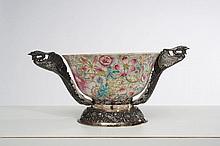 Bol en porcelaine décorée en émaux polychromes dans le style de la famille rose de pivoines et lotus dit