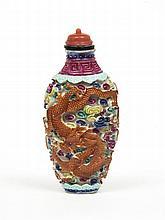 Flacon tabatière de forme balustre en porcelaine polychrome moulée et réticulée  d'un dragon rouge et d'un phénix dans les nuages