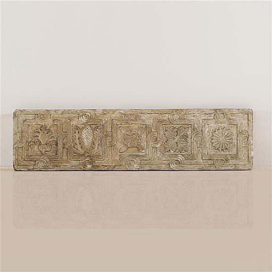 Frise en marbre sculpté en bas-relief à décorde cinq fiures végétales dans un entrelacs