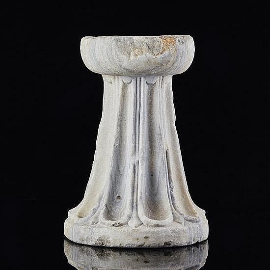 Piédouche de vasque en marbre blanc veiné grisà décor de cannelures.