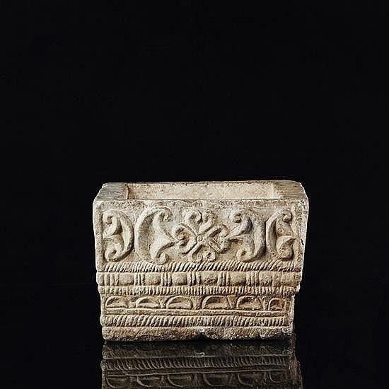 Vasque de forme carrée en pierre marbrièresculptée en bas-relief en façade d''une rosace et