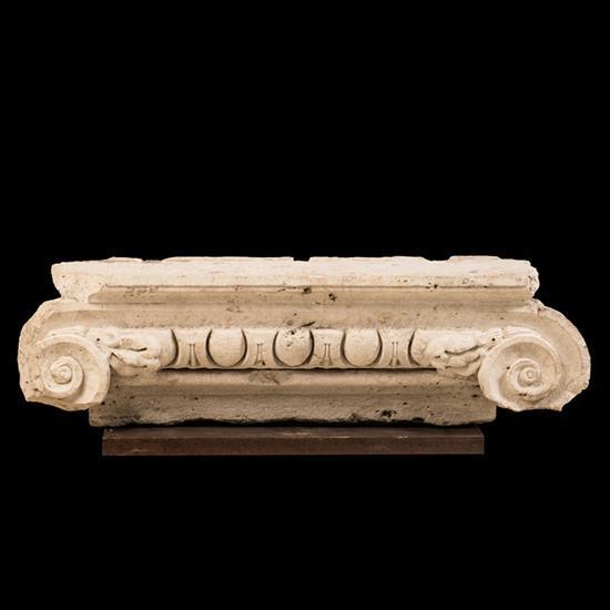 Chapiteau ionique d''applique en pierre calcairesculptée, décor d'une frise d'oves et de dards