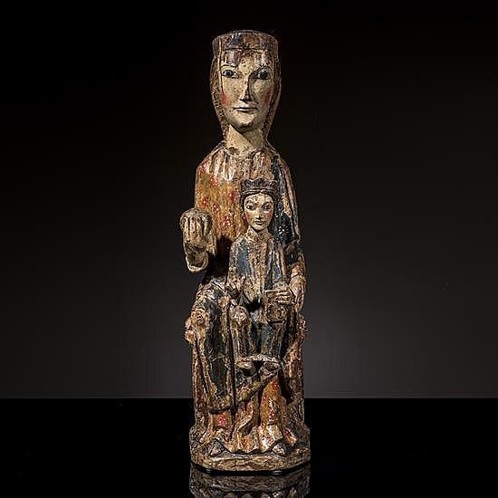 Vierge en Majesté en noyer sculpté etpolychromé avec restes de dorure, dos plat.