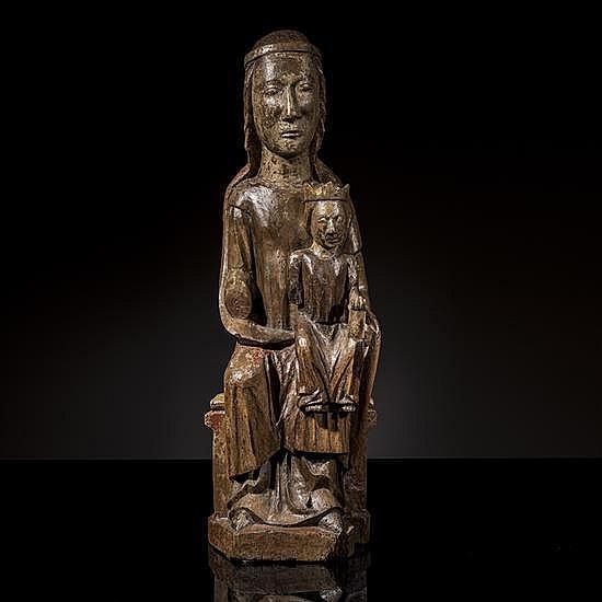 Vierge en Majesté en noyer sculpté et restes depolychromie, dos creusé. Assise sur un banc