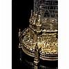 Reliquaire monstrance en cuivre ciselé et doréen forme de tour avec architectures gothiques.
