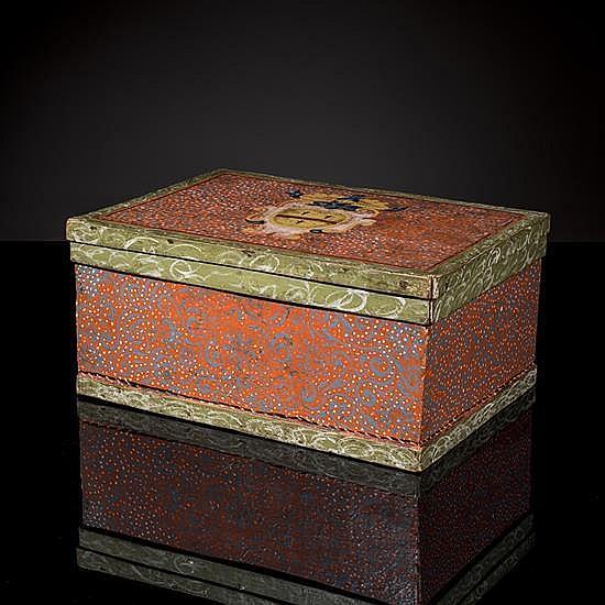 Coffet en bois polychrome muni d'un couvercleà décor de vermiculures et de rinceaux sur fond