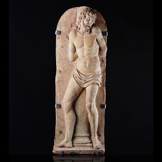 Christ à la colonne, haut-relief en terre cuite.Debout, la jambe gauche de face et la droite de
