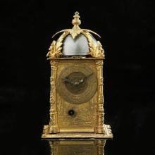 Horloge de table en forme de tour à section carrée, la boîte en laiton doré fiement gravé, sonnerie des heures et réveil, cadrans an...