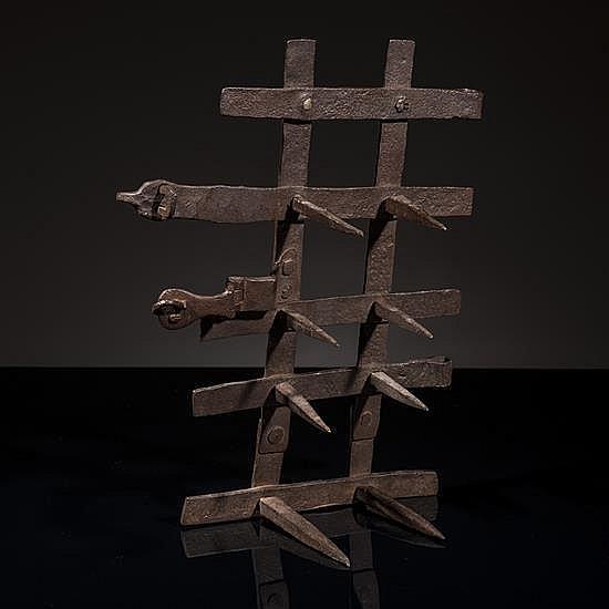 Grille de judas en fer forgé d''une porte demonastère servant à éviter le contact physique