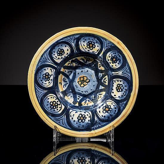 Petit plat en faïence bleue et jaune ; fond ornéd''une flur, au centre ; aile à décor de flurs dans