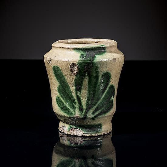 Albarello en céramique à glaçure plombifère àdécor vert de végétal stylisé.